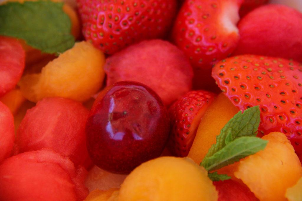 Salade de fruits d'été. Fraises, melon, pastèque, menthe